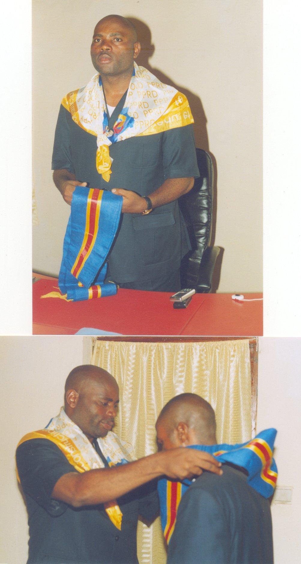 M. Augustin OSUMAKA, Maire sortant, passe le ruban au nouveau Maire de la ville, le Dr. Guy Shilton BAENDO