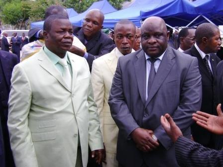 De g. à d.: Le Gouverneur de Province, le Maire de la Ville et le Ministre de Transport