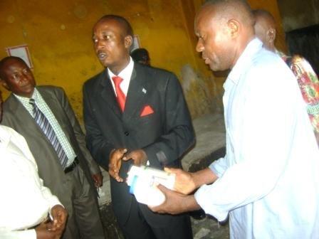 Le Maire de la Ville remet des médicaments à l'Infirmier des prisonniers