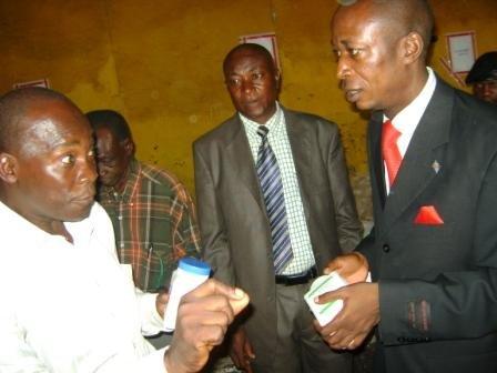 Le Maire de la Ville en train de remettre le lot des médicaments pour les prisonniers