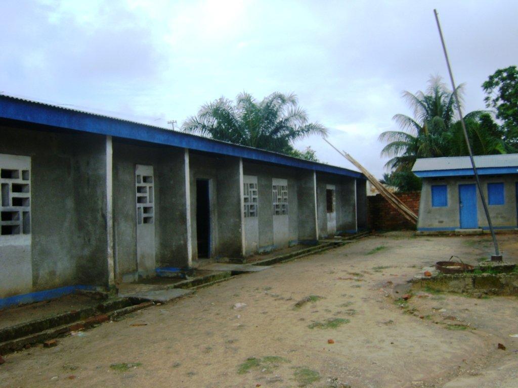 A l'intérieur de l'Institut Maikazo: une salle de classe avec plus de 100 élèves