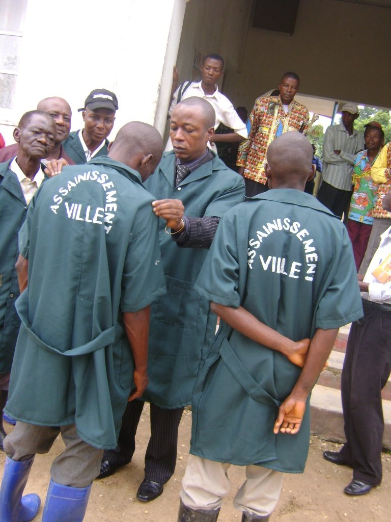Le Maire de la Ville et l'équipe d'assainissement Ville