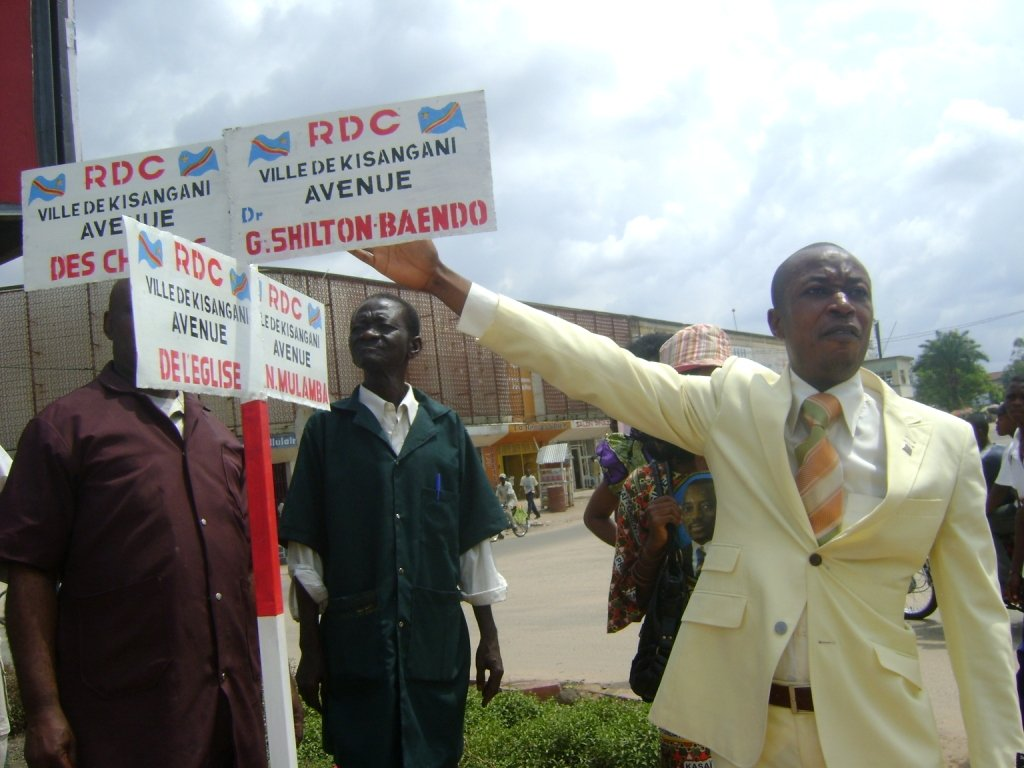 Le Maire de la Ville lors de la cérémonie d'implantation des poteaux indicateurs des rues