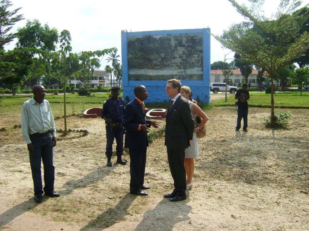 Le Maire de la Ville fait visiter son hôte la Place des Martyrs