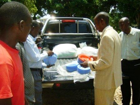 Le Maire remet symboliquement les assiettes pour les prisonniers au Directeur de la Prison