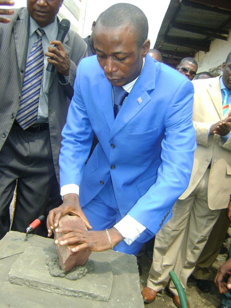 Le Maire de la Ville pose la première pierre