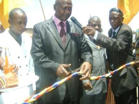 Coupure du ruban par le Ministre provincial des Travaux Publics