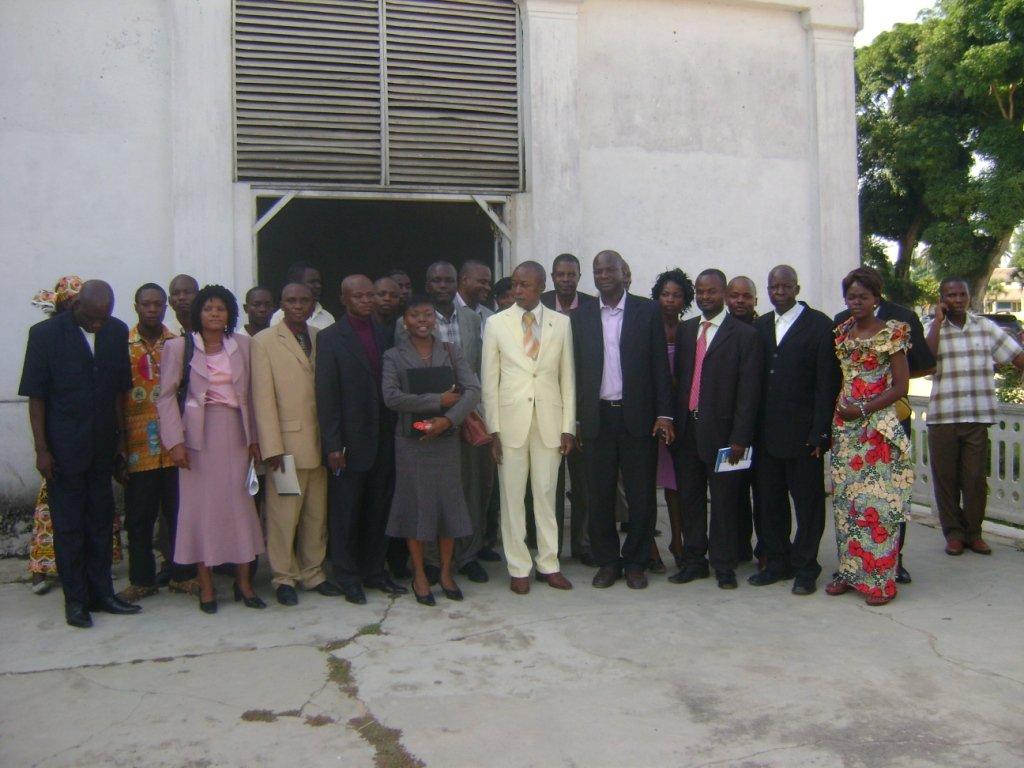 Photo de famille entre le Maire de la Ville, la représente de la section des droits humains MONUC et représentants des ONGs