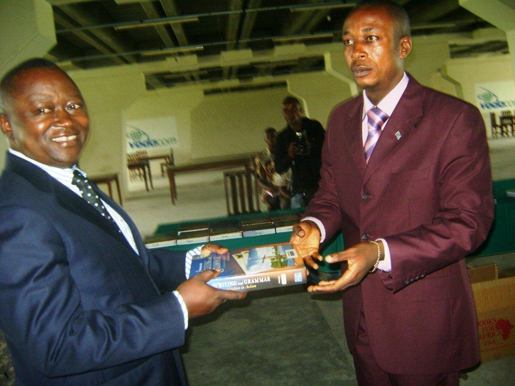 Le Maire de la Ville remet symbolique le livre au Recteur de l'Unikis