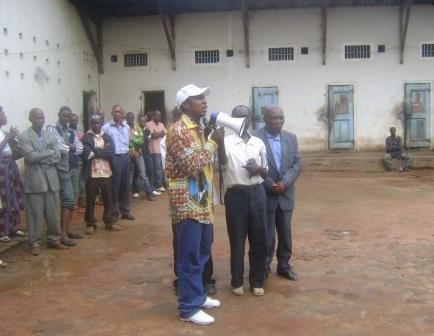Le Maire devant les détenus de la Prison d'Osio