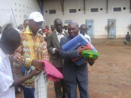 Le Maire remet symboliquement quelques habits, assiettes et gobelets pour les détenus