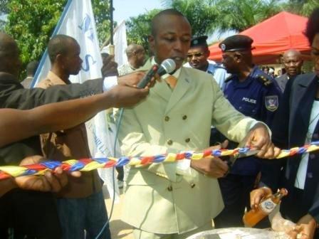 Le Maire coupe le ruban inaugural de la borne fontaine